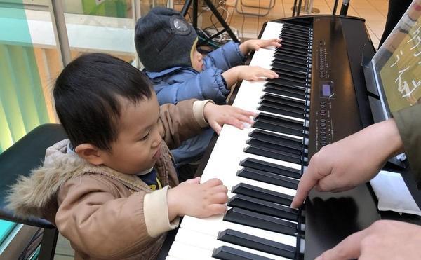 初めてのピアノ!音が出て楽しかったー。