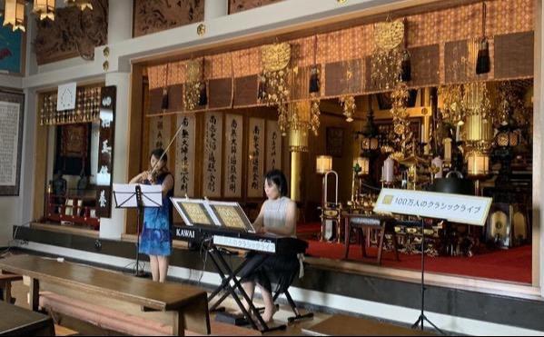 お寺の本堂。穏やかに、音が心にしみわたります。