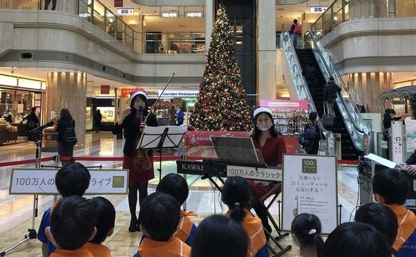 気分はクリスマス♪空港の大きなツリーの前で演奏をお届け!