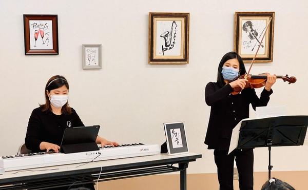 素敵な絵画のある子どもたちの居場所で、生演奏をお届け。